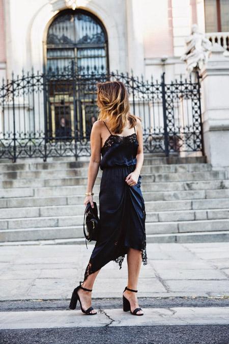 Девушка в бельевом платье и босоножках