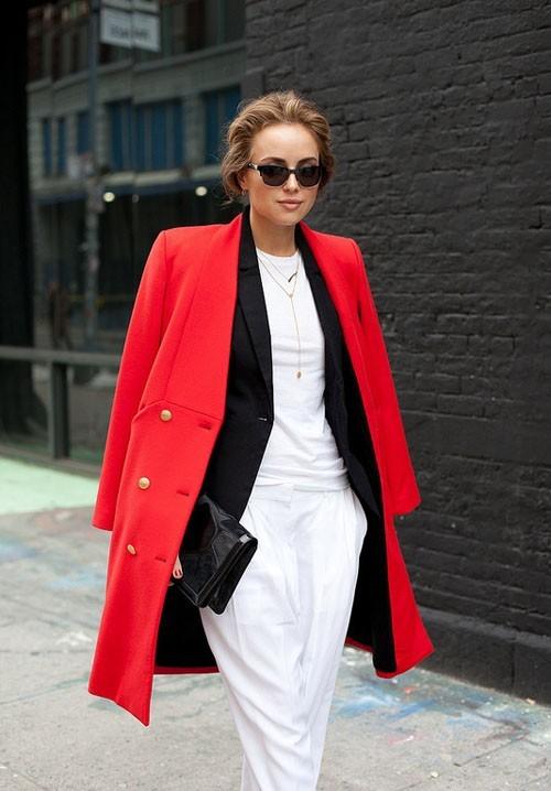 Девушка в белом костюме и красном пальто