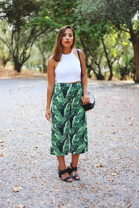 Девушка в белом кроп топе и зеленых широких брюках