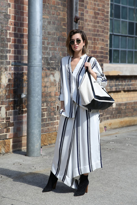 Девушка в белом наряде в вертикальную полоску и сумка тоут