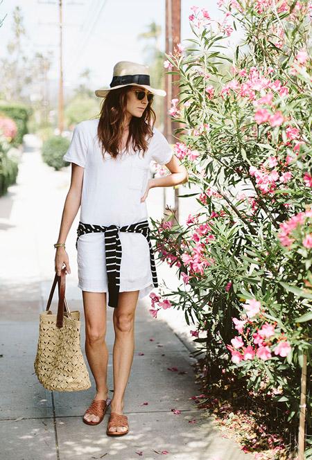Девушка в белом платье, черная кофта в белую полоску и шляпа