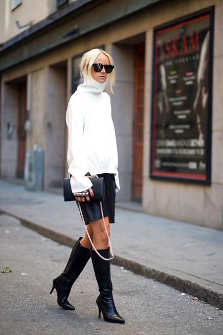 Девушка в белом свитере и черной кожаной юбке