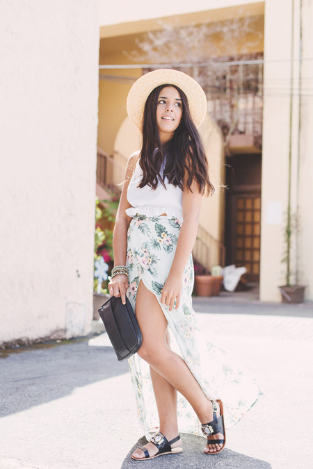 Девушка в белом топе и длинной юбке с принтом