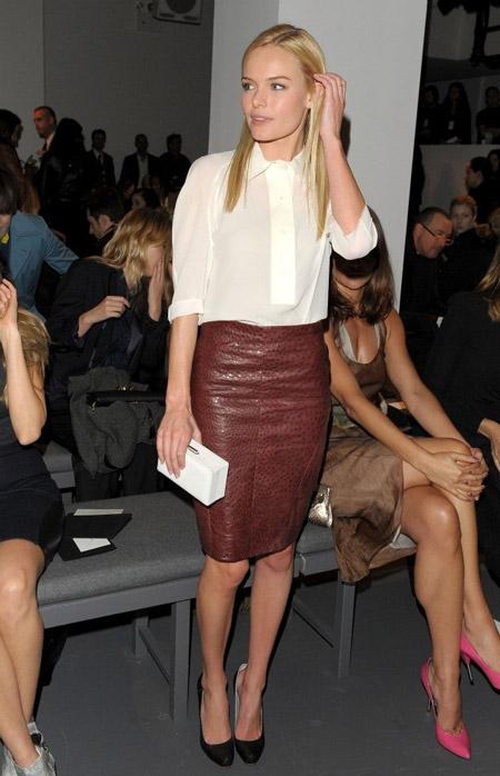 Девушка в белой блузке и коричневой юбке