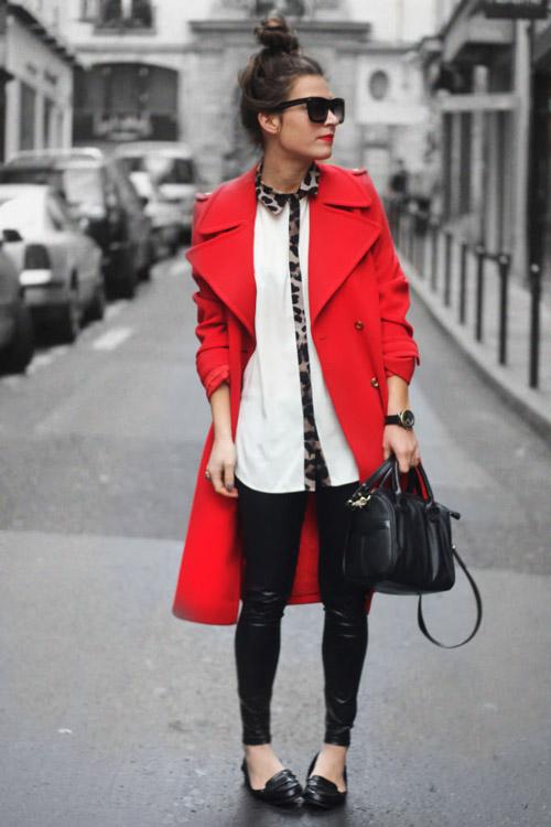 Девушка в белой рубашке и красном пальто