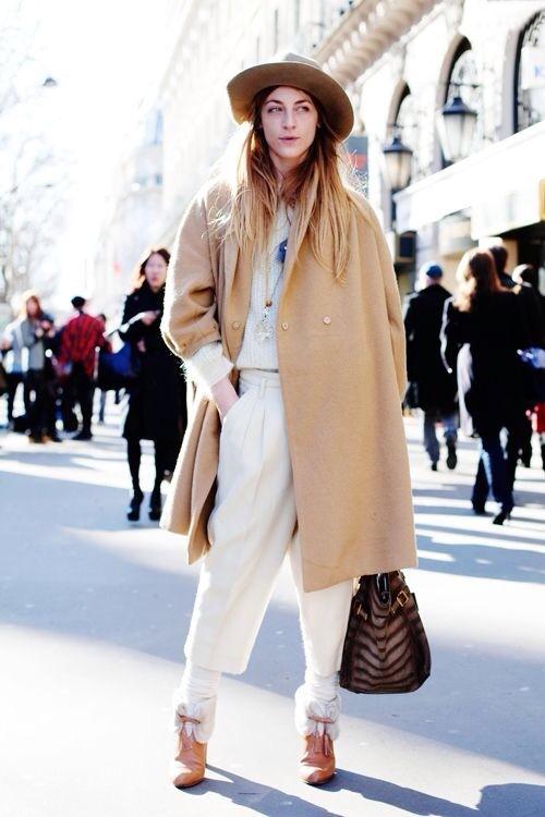 Девушка в белых брюках и светлом пальто