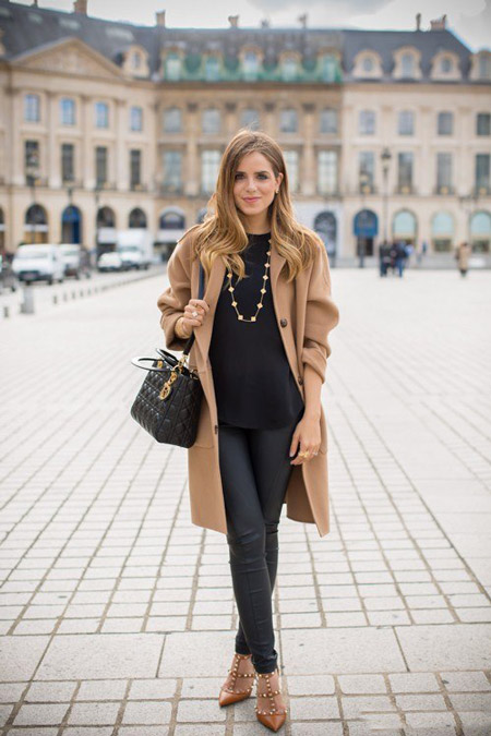 Девушка в бежевом пальто и со стильной сумкой