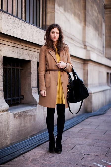 Девушка в бежевом пальто с поясом