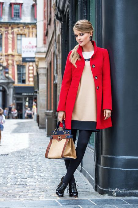 Девушка в бежевом платье и красном пальто