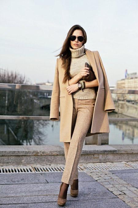 Девушка в бежевых брюках и бежевом пальто