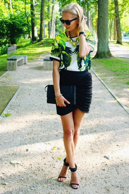 Девушка в блузе с тропическим принтом и черной узкой юбке