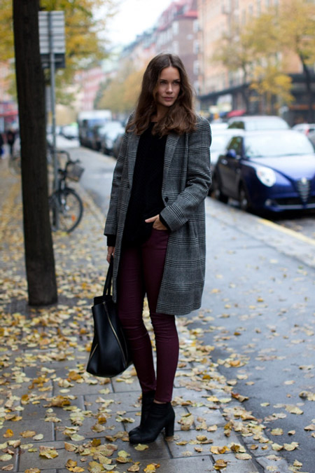 Девушка в бордовых брюках и темном пальто
