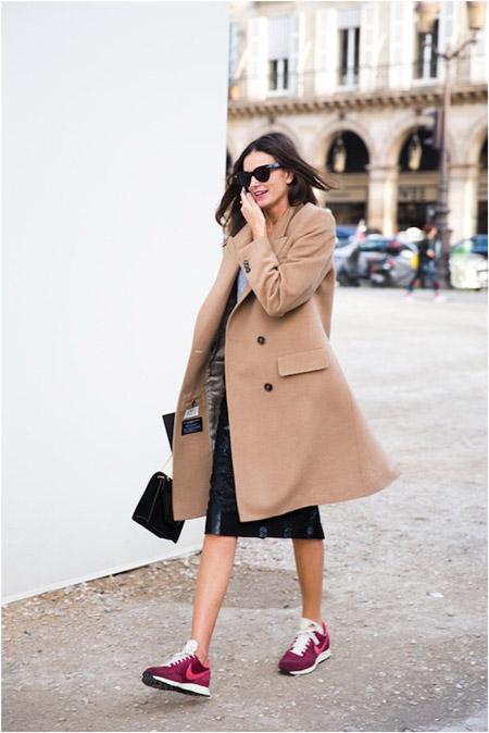 Девушка в бордовых кроссовках и пальто