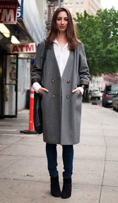 Девушка в ботильонах и пальто