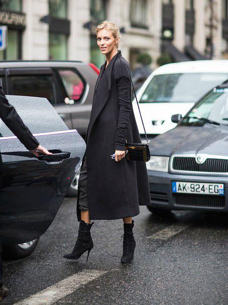 Девушка в ботильонах на каблуках и темном пальто