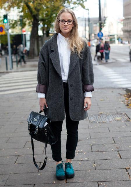 Девушка в ботинках и пальто