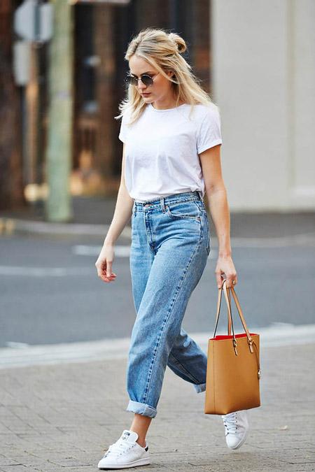 Девушка в бойфрендах, белой футболке с сумкой тоут
