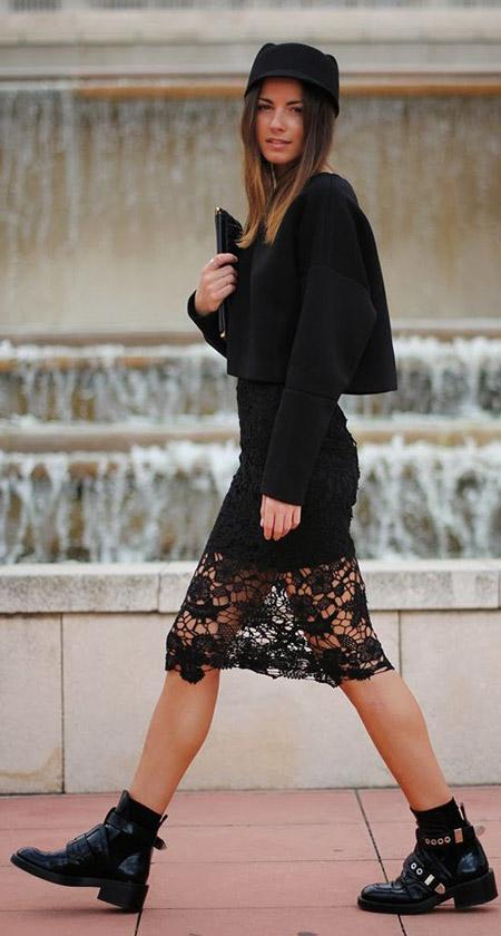Девушка в черном бельевом платье с кружевом