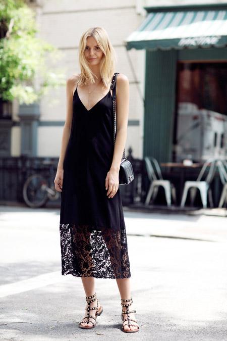 Девушка в черном бельевом платье