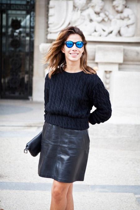 Девушка в черном джемпере и черной кожаной юбке