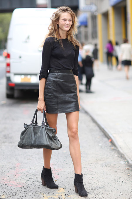 Девушка в черном джемпере и короткой юбке