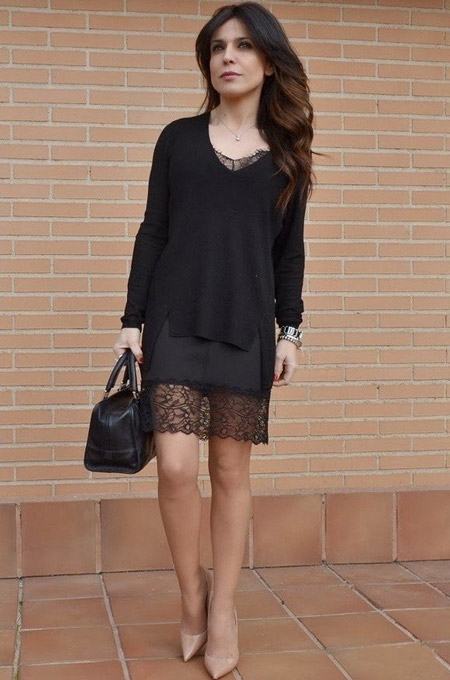 Девушка в черном свитере и платье-сорочке