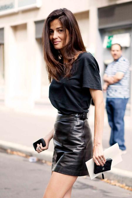 Девушка в черной футболке и кожаной юбке