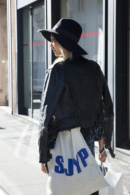 Девушка в черной косухе, шляпа и белая сумка тоут