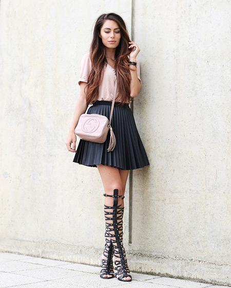 Девушка в черной плиссированой юбке, блуза и сандалии гладиаторы