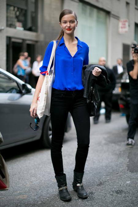 Девушка в черных штанах, синяя рубашка и сумка тоут