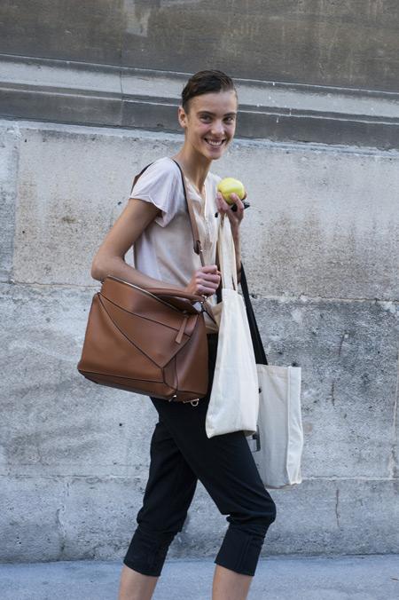 Девушка в черный бриджах, футболке и сумка тоут