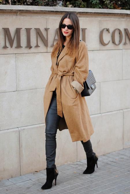 Девушка в длинном бежевом пальто и ботильонах