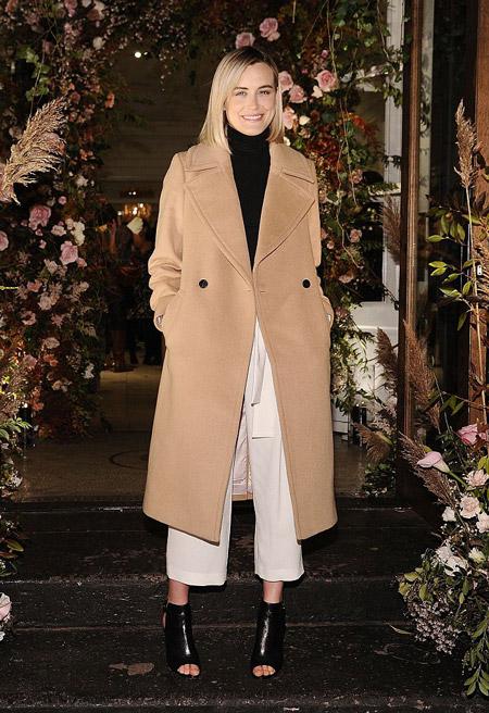 Девушка в длинном светлом бежевом пальто