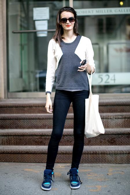 Девушка в джеггинсах, серая футболка и белая сумка тоут
