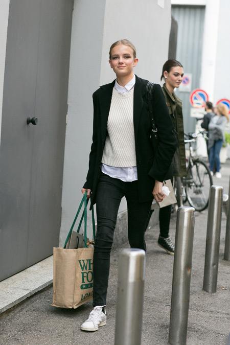 Девушка в джинсах, белая рубашка, джемпер, бежевая сумка тоут