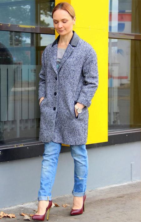 Девушка в джинсах и пальто до колен