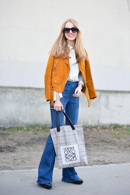 Девушка в джинсах, рубашке, коричневая куртка и сумка тоут в клетку