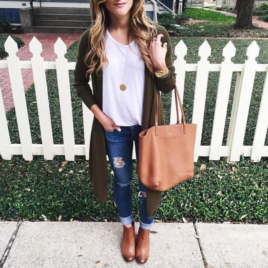 Девушка в джинсах, топе, кардигане и с персиковой сумкой тоут
