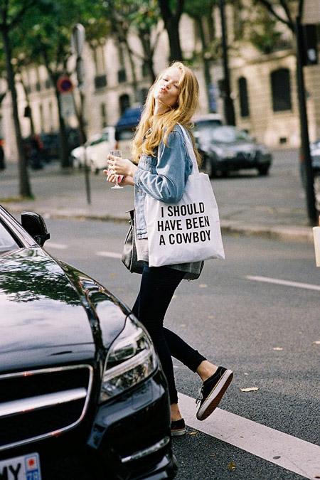 Девушка в джинсовке, кедах и с белой сумкой тоут