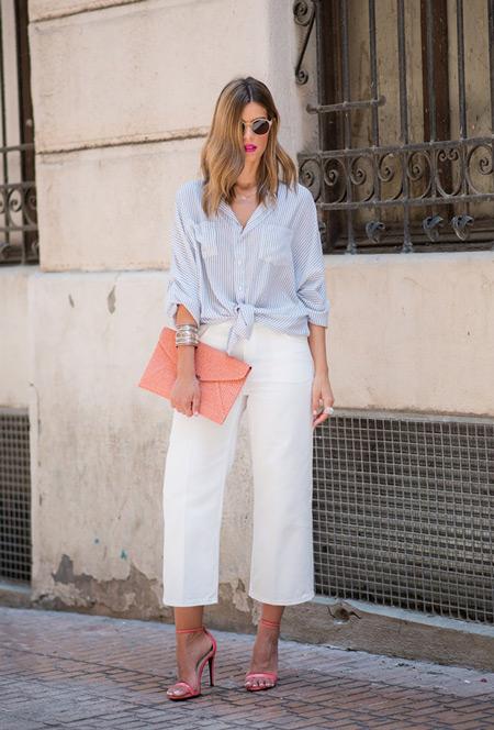 Девушка в елых капри и голубой рубашке в тонкую полоску, персиковый клатч и босоножки