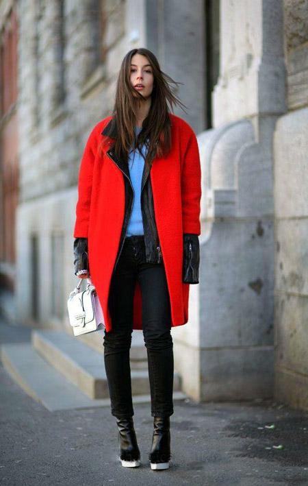 Девушка в голубом джемпере и красном пальто