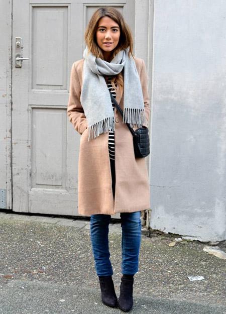 Девушка в голубом шарфе и бежевом пальто