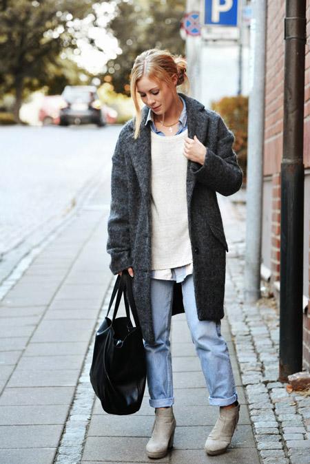 Девушка в голубых джинсах и темном пальто