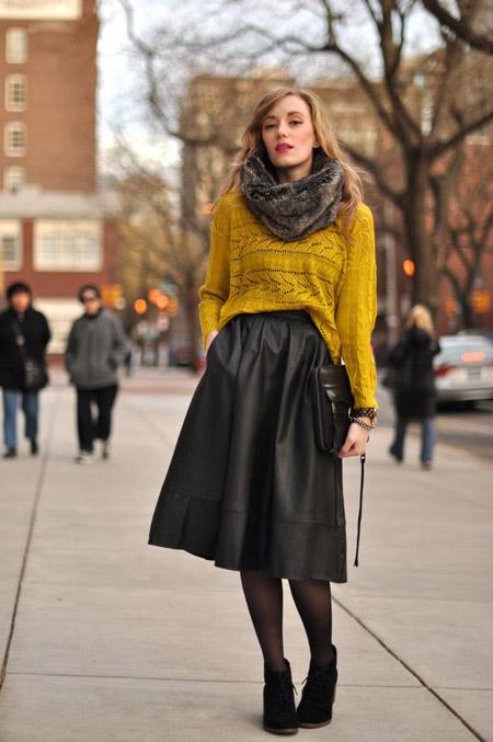 Девушка в горчичном свитере и кожаной юбке