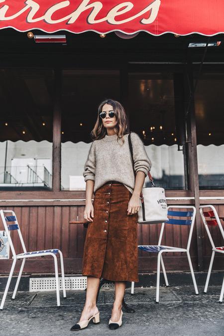 Девушка в коричневой юке миди, бежевый свитер и сумка тоут