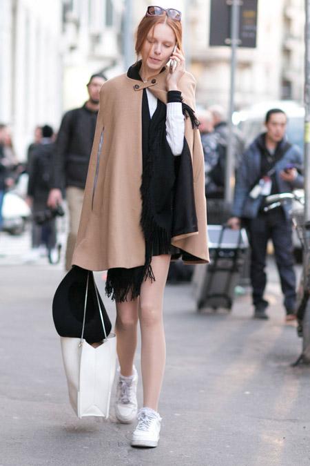 Девушка в коротеньком бежевом пальто