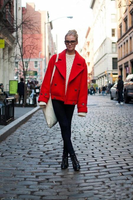 Девушка в коротком красном пальто