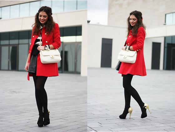 Девушка в коротком пальто и с бежевой сумкой