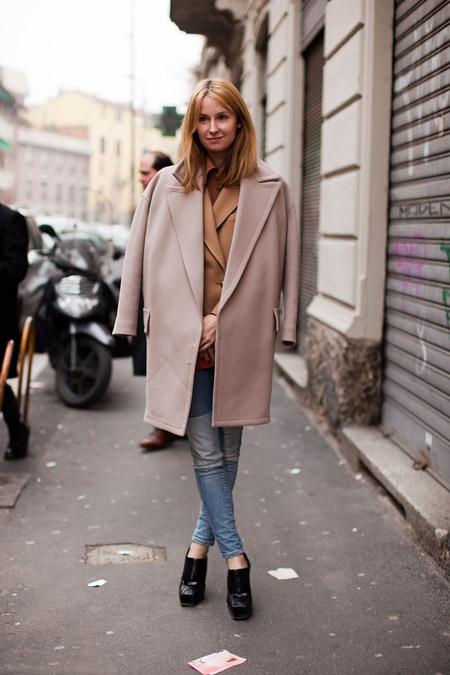 Девушка в коротком пальто оверсайз