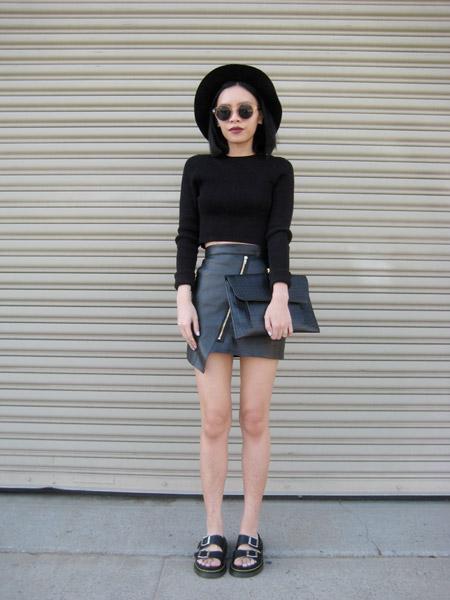 Девушка в короткой черной кожаной юбке